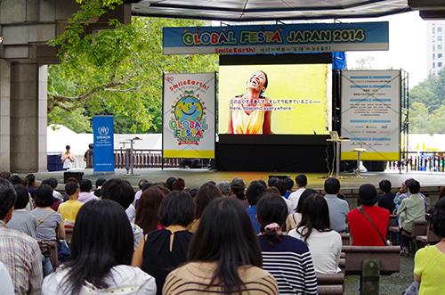 天気に恵まれたグローバル・フェスタJAPAN2014での野外上映は大盛況でした(2014年・第9回)Pre-screening at Global Festa Japan 2014 (9th, 2014)