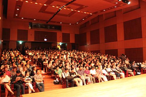 イタリア文化会館で開演を待つ満席の客席。/ A full house audience waiting for the screening to begin.