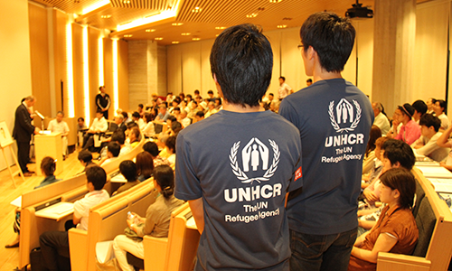 UNHCRのロゴが入ったチームウェアはスタッフや会場ボランティアのユニフォーム。/ Please look for film festival staff wearing UNHCR T-shirt for your assistance.