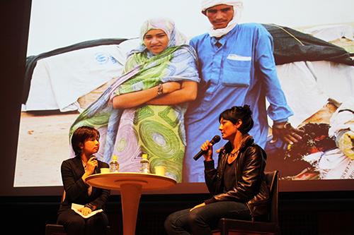 『トンブクトゥのウッドストック』の上映後にトークイベントを行ったジャーナリストのデコート豊崎アリサさん。映画の題材にもなっているトゥアレグ難民の状況についてご自身が撮影された写真を紹介しながらお話されました。(2013年・第8回)/ Ms. Alissa Descotes Toyosaki , a jounalist, talked about her recent coverage on Tuareg minority. (8th, 2013)
