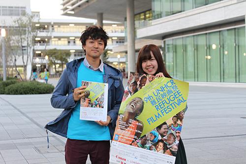 映画祭のポスターとチラシを持って呼び込みをする会場ボランティアの大学生たち(2014年・第9回) /Student volunteers
