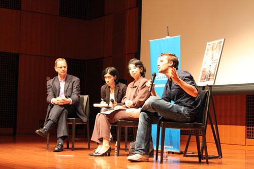 """ミャンマーからイギリスへの第三国定住について描かれたドキュメンタリー『遥かなる火星への旅』の上映後、監督のマット・ホワイトクロス(右)と外務省の志野総合外交政策局人権人道課長(右から2番目)、第10代UNHCR駐日事務所代表のヨハン・セルス(左)によって日本の第三国定住プログラムについてディスカッションがおこなわれました。(2009年・第4回)/ Talk event by Mr. Matt Whitecross, film director of """"Moving to Mars"""", Ms. Mitsuko Shino, director of Human Rights and Humanitarian Affairs Division, Foreign Policy Bureau, Ministry of Foreign Affair and Johan Cels, Representative to UNHCR Japan. (4th, 2009)"""