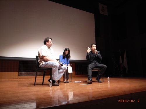 """ボートピープルの悲しい運命について描かれた『マザーフィッシュ』の上映後に登壇した監督のコア・ドー氏(右)は、幼少期にベトナムからオーストラリアに流れ着いた自身の経験について語ってくれました。(2010年・第5回)/Talk event by Mr. Khoa Do, the film director of """"Mother Fish"""" (5th, 2010)"""
