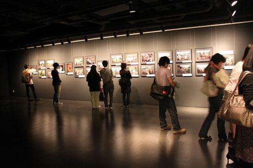 第5回UNHCR難民映画祭(2010年)の期間中、セルバンテス文化センターの二階のギャラリースペースでフォトジャーナリスト広河隆一氏の写真展が開催されました。(2010年4月~5月に取材したコンゴ民主共和国東側キブ州の難民・避難民の取材)Mr. Ryuichi Hirokawa's photo exhibition at Instituto Cervantes de Tokio (5th , 2010)