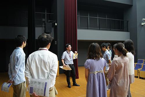 早稲田大学平山郁夫記念ボランティアセンターで映画祭プロジェクトマネージャーに会場運営の説明をうける会場ボランティアのみなさん(2013年・第8回) Project Manager briefs about the event to the student volunteers.(8th,2013)