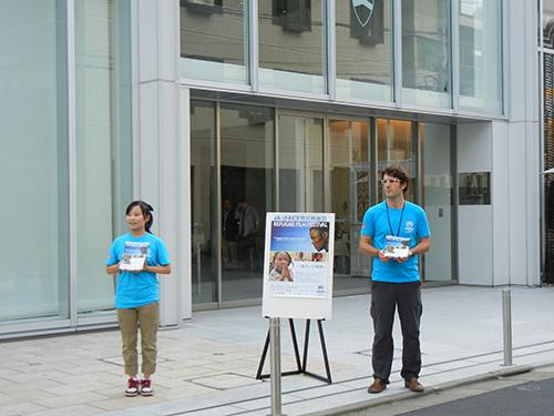 青山学院アスタジオ会場の入り口で来場者をご案内する会場ボランティア。(2011年・第6回)Volunteers guiding the audience at Aoyama Gaukin Astudio (6th, 2011)