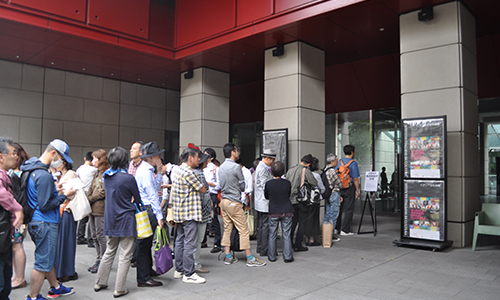 オープニング会場のイタリア文化会館で数時間前から開演を待つ長蛇の列。(2013年・第8回)/ Long queue of people waiting on the opening day. (8th, 2013)