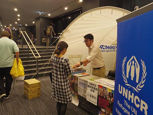 明治大学中野キャンパス、ホールのロビーには難民キャンプで実際に使用されるテントが展示されました。(2013年・第8回)UNHCR tent was displayed at Meiji University Nakano Campus (8th, 2013)